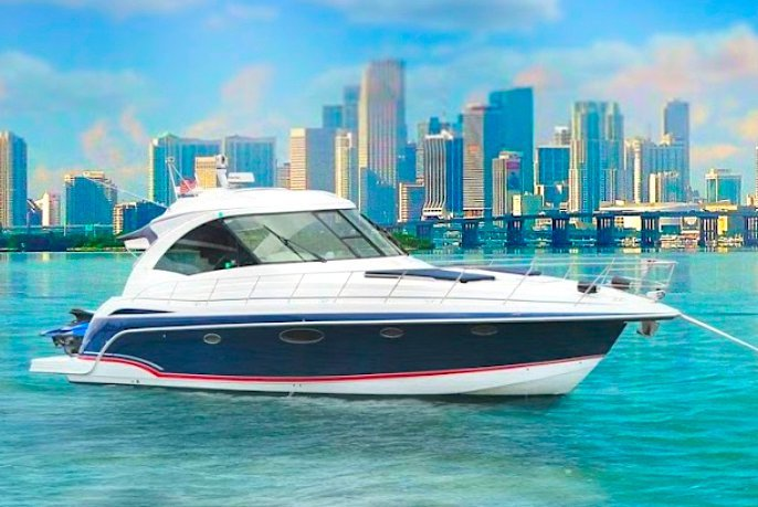 Discover Miami Beach surroundings on this 48 Formula boat