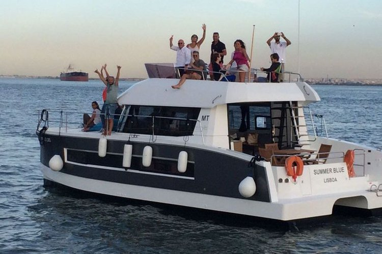 This 37.0' Fountain Pajot cand take up to 18 passengers around Lisboa