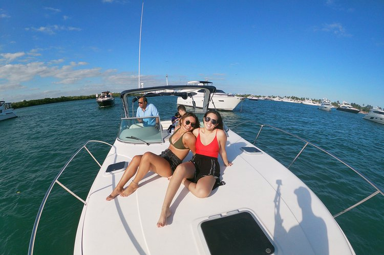 Discover Miami surroundings on this fiesta Ver Rinker boat