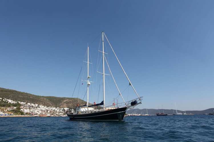 Picture yourself on a romantic sunset cruise on this beautiful sail boat rental