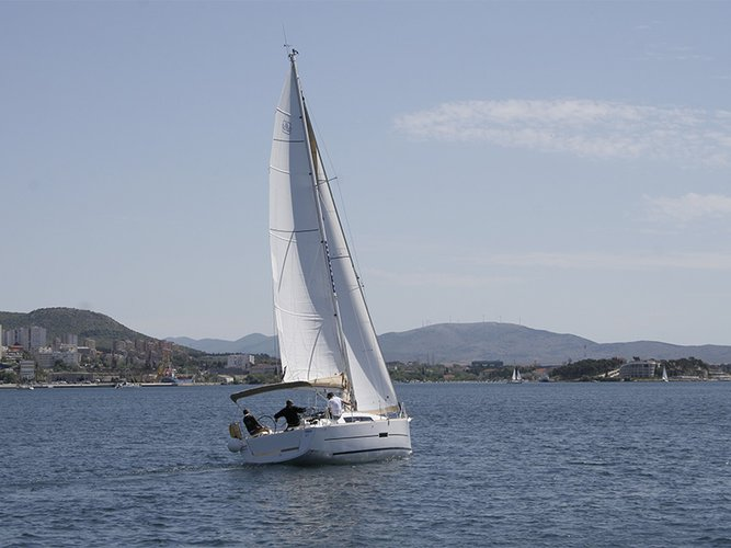 Up to 8 persons can enjoy a ride on this Dufour Yachts boat