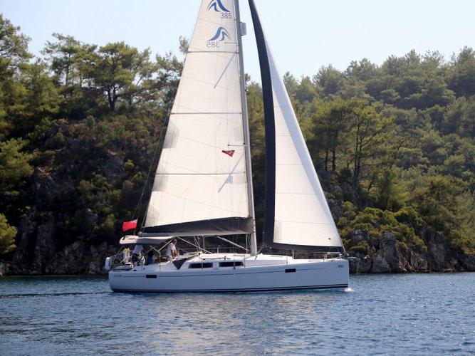 This 37.0' Hanse Yachts cand take up to 6 passengers around Šibenik region