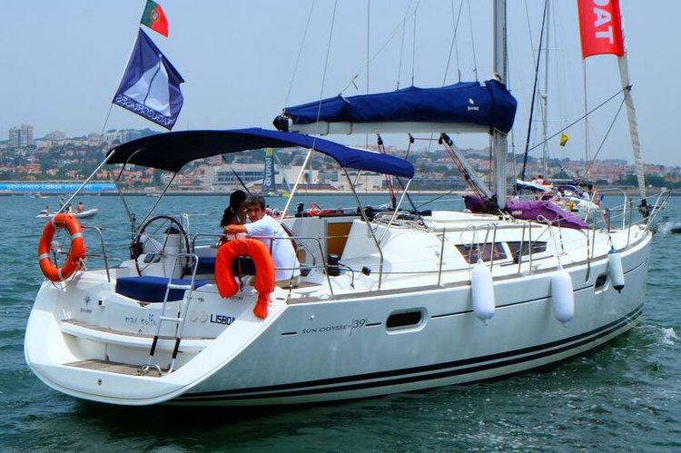 Cruiser boat rental in Doca do Bom Sucesso, Portugal