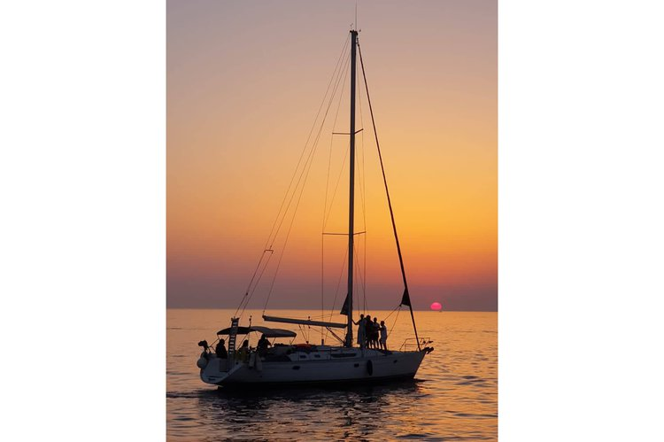 This 45.0' Jeanneau cand take up to 10 passengers around Mykonos