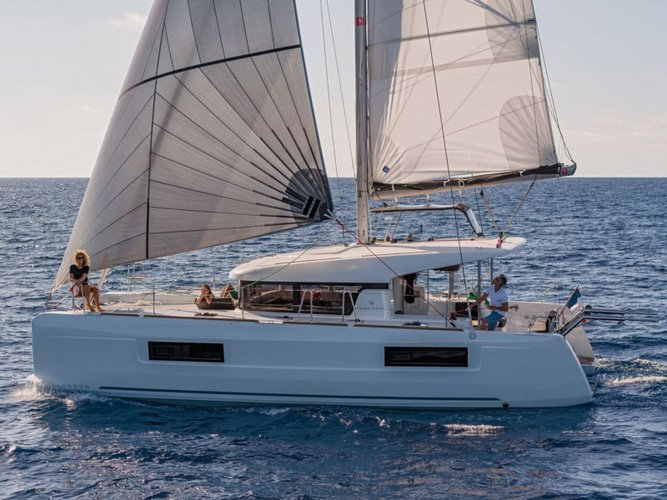 Sail the beautiful waters of Port de Pollença on this cozy Lagoon Lagoon 40