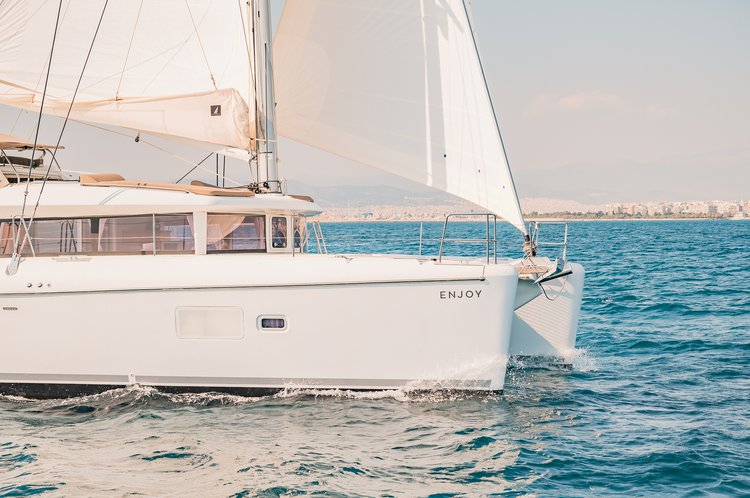 Take this Lagoon Lagoon 421 for a spin!