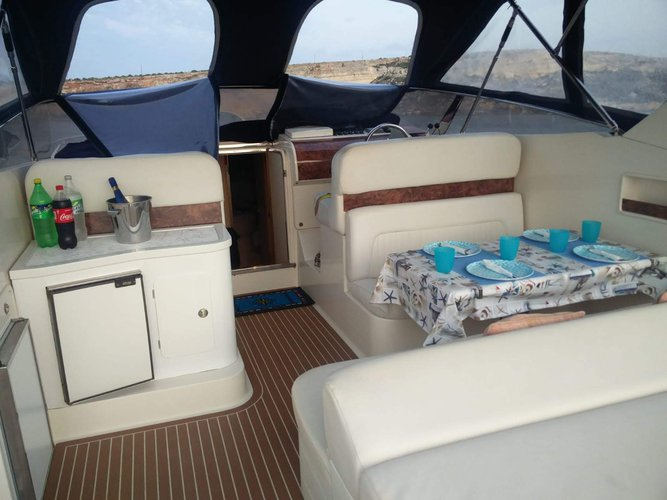 This 41.0' Ilver cand take up to 10 passengers around Mellieha