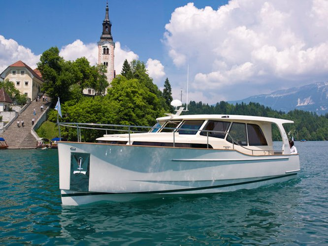 Beautiful Seaway Yachts Greenline 33 Hybrid ideal for cruising and fun in the sun!