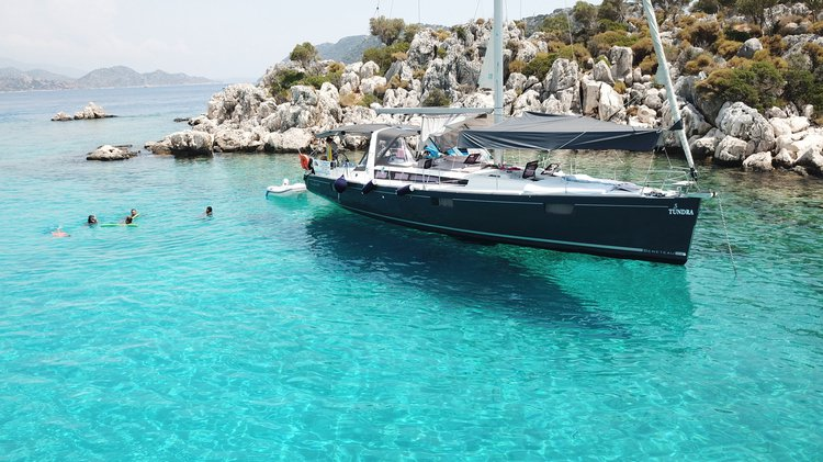 This 48.0' Beneteau cand take up to 5 passengers around Mediterranean