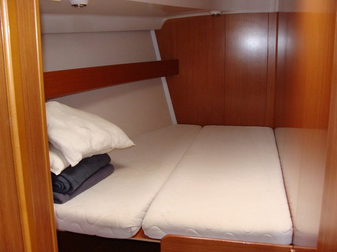 This 50.0' Beneteau cand take up to 10 passengers around Alimos