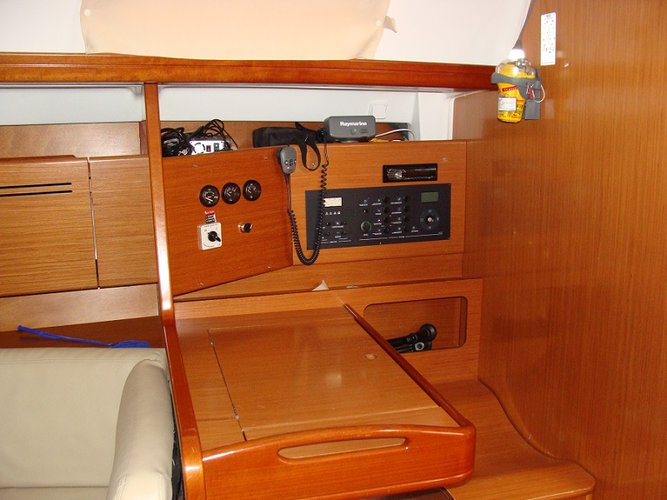 Discover Alimos surroundings on this 50.5 Beneteau boat