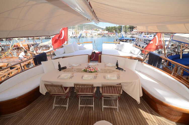 This 105.0' Custom cand take up to 12 passengers around Bodrum