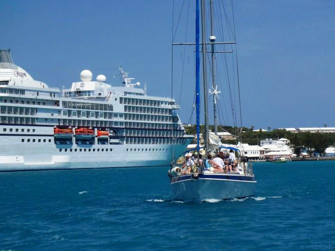 Discover Hamilton surroundings on this Custom Custom boat