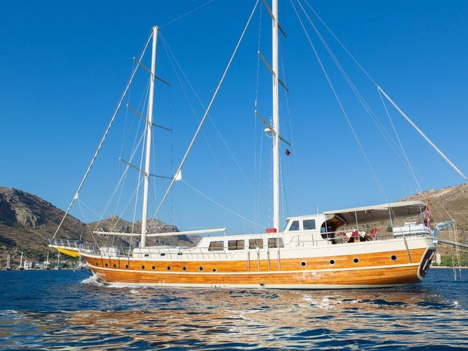 Take this beautiful sail boat for rent, ideal for fun in the sun