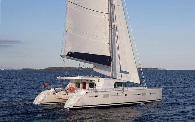 Sail this beautiful catamaran and Relish the Whitsundays weather