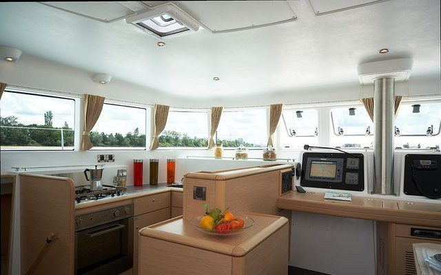 Discover Whitsundays surroundings on this 500 Lagoon boat