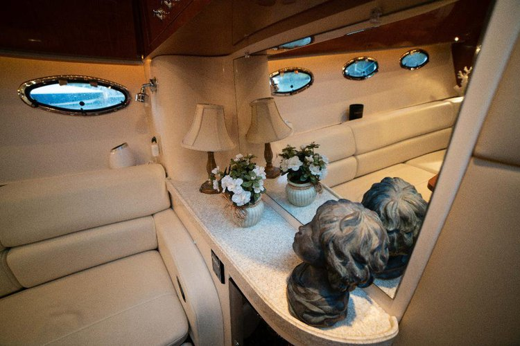 This 40.0' Regal cand take up to 12 passengers around Miami