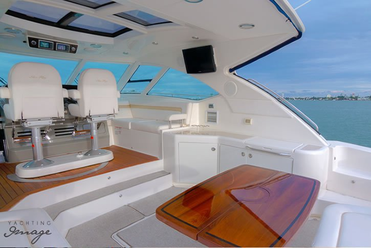 Discover Miami surroundings on this Sundancer 540 Sea Ray boat