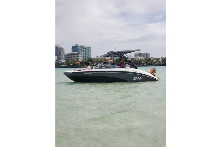 This 24.0' yamaha cand take up to 8 passengers around Miami