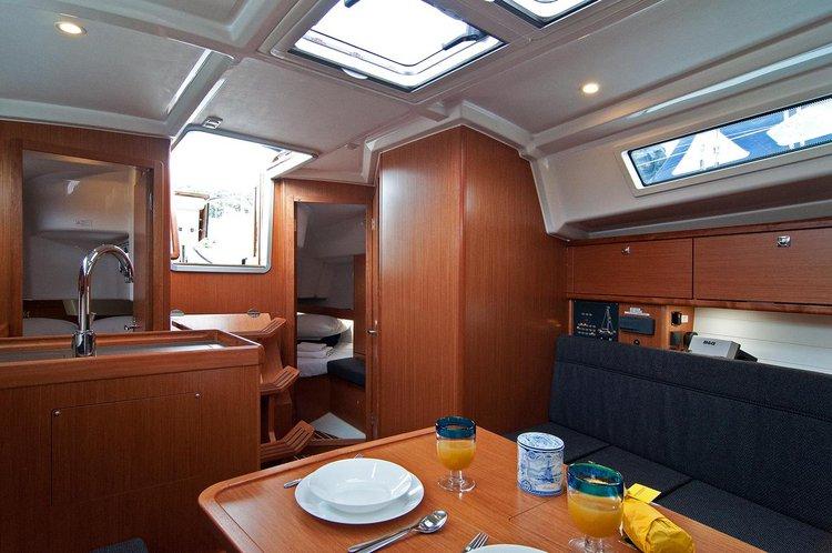 This 32.0' Bavaria Yachtbau cand take up to 8 passengers around Split region