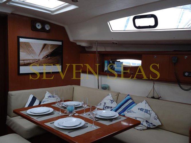This 42.0' Bénéteau cand take up to 10 passengers around Saronic Gulf