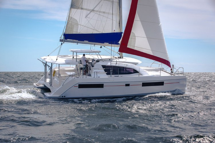 Enjoy the winds of Whitsundays aboard Custom 404!