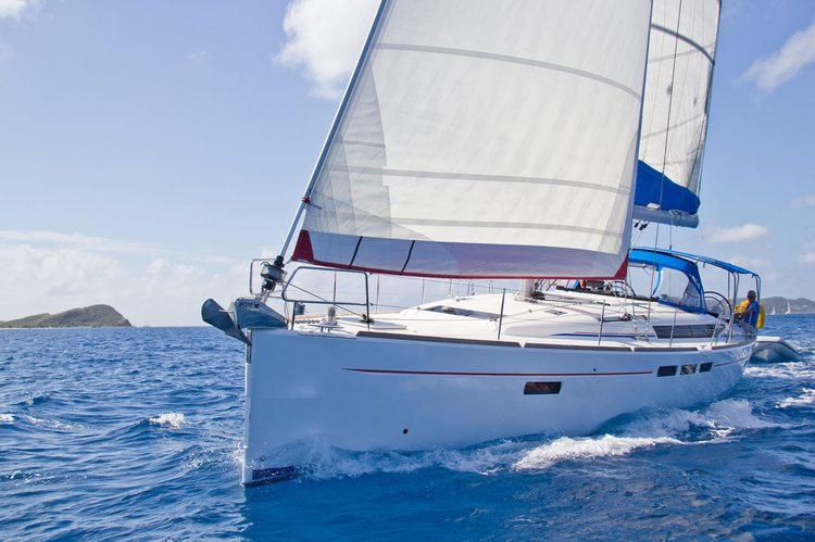 Up to 8 persons can enjoy a ride on this Monohull boat