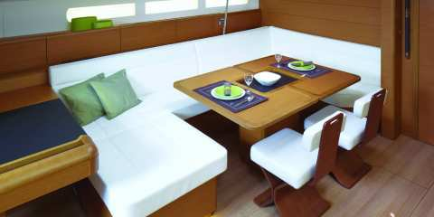 Discover Marigot surroundings on this 51 Jeanneau boat