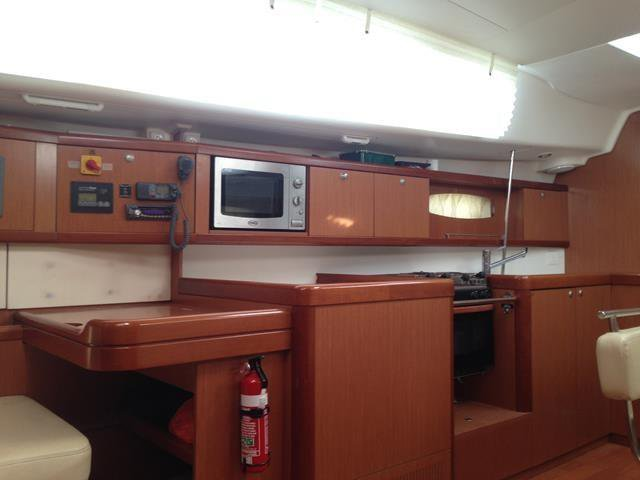 This 42.0' Oceanis cand take up to 6 passengers around Procida