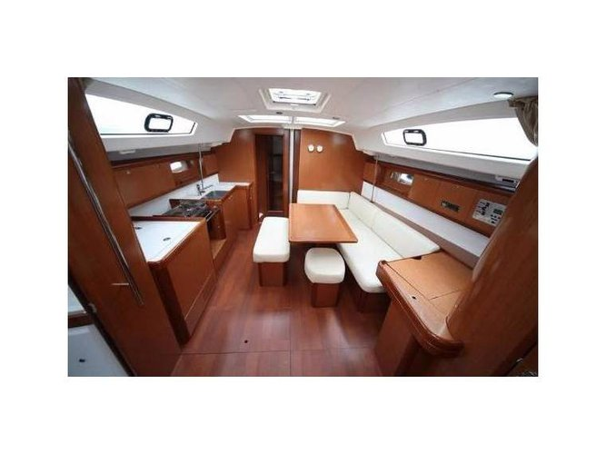 Discover Procida surroundings on this 43.4 Oceanis boat