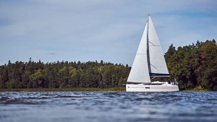 Up to 4 persons can enjoy a ride on this Monohull boat