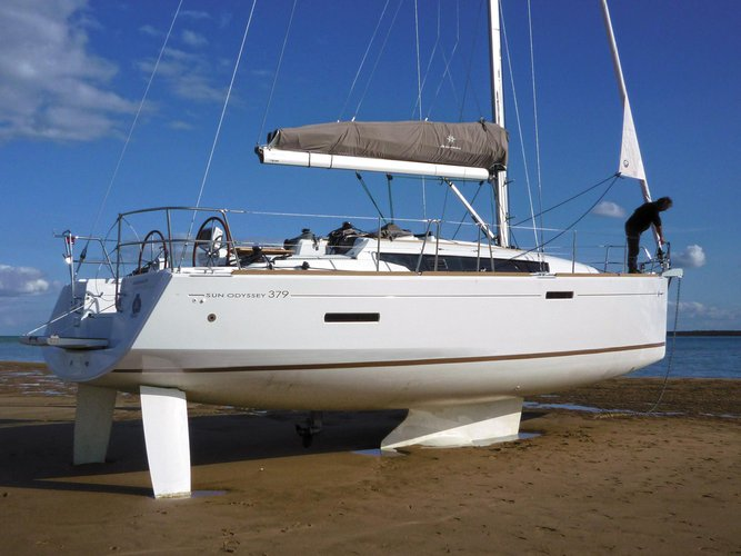 This 37.0' Sun Odyssey cand take up to 4 passengers around Vancouver