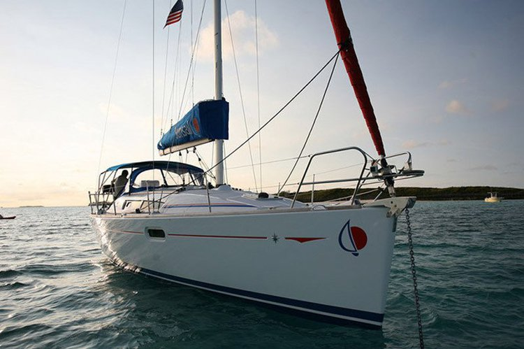 Relax on board our amazing sail boat charter in Pacific Ocean!
