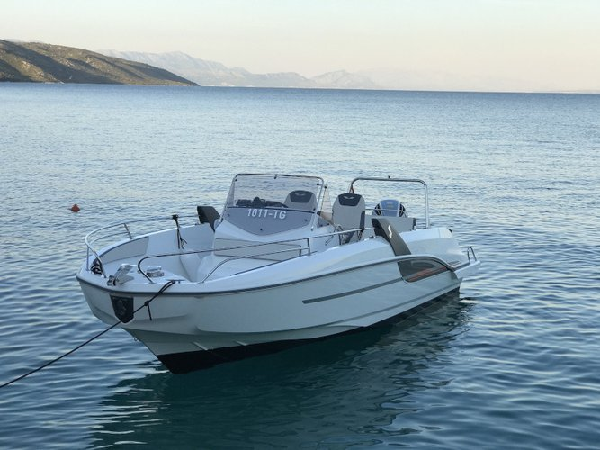 Climb aboard this Beneteau Beneteau Flyer 7.7 SPACEdeck for an unforgettable experience