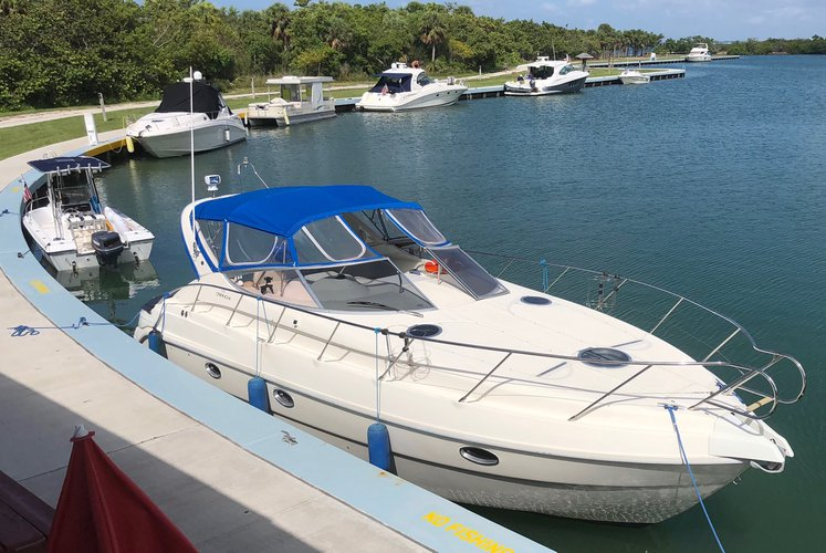 This 34.0' Cranchi cand take up to 10 passengers around Miami