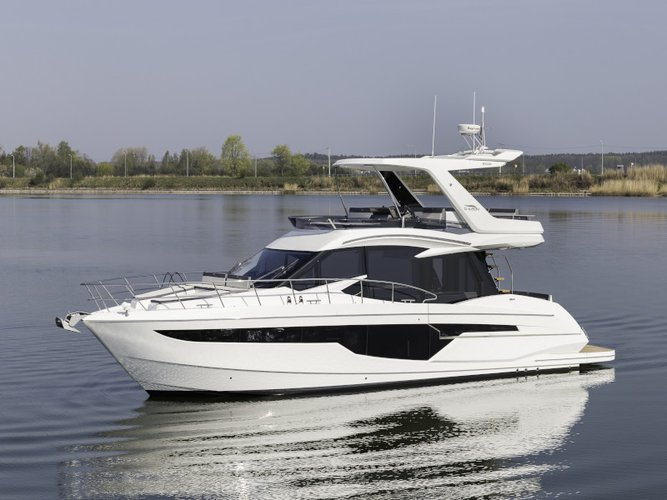Rent this Galeon Galeon 500 Fly for a true nautical adventure