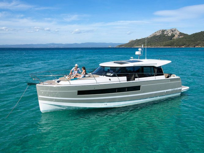 Jump aboard this beautiful Jeanneau Jeanneau NC 14