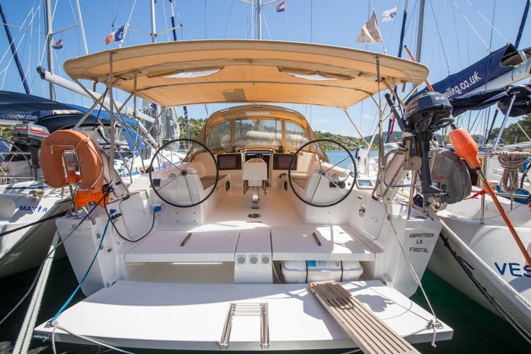 This 35.0' Dufour cand take up to 8 passengers around