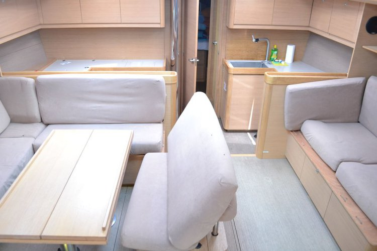 This 50.0' Dufour cand take up to 12 passengers around
