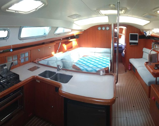 This 44.0' HUNTER cand take up to 4 passengers around Fethiye