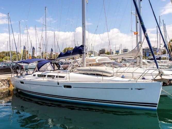 Enjoy luxury and comfort on this Jeanneau Sun Odyssey 42i in Lavrion