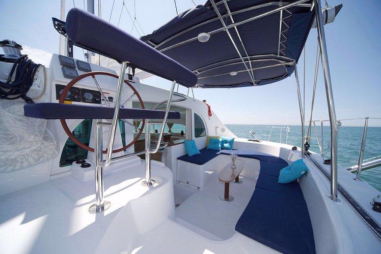 Discover Papeete, Tahiti surroundings on this 380 S2 Lagoon boat