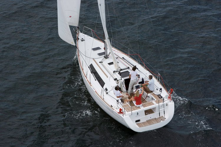 This 34.0' Oceanis cand take up to 8 passengers around La Rochelle