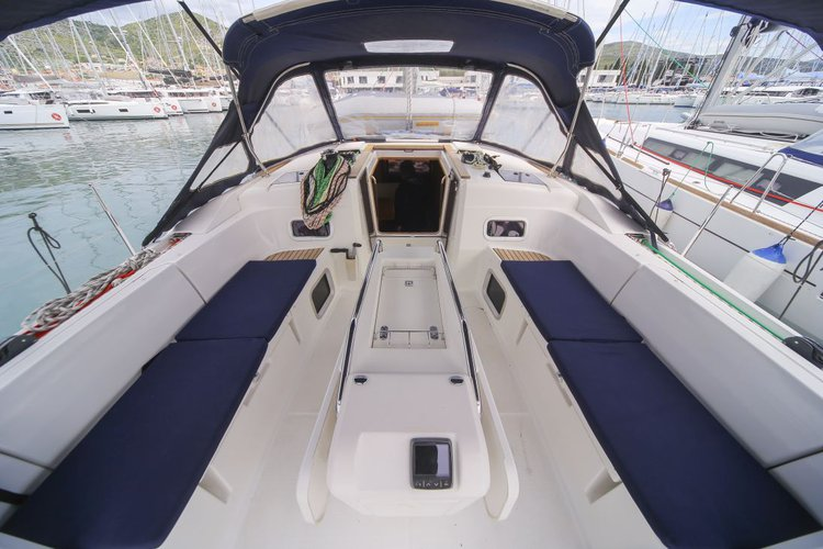 Up to 10 persons can enjoy a ride on this Monohull boat