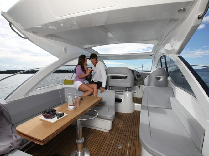 This 40.0' Beneteau cand take up to 6 passengers around Key Biscayne