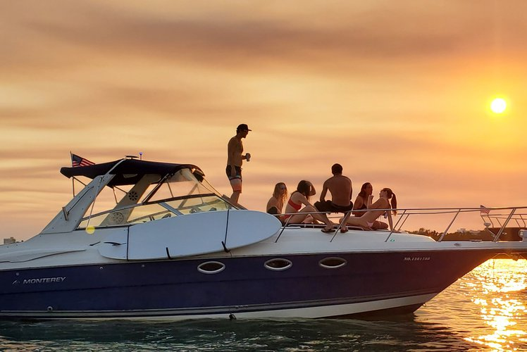 Discover Miami surroundings on this 340 MONTEREY boat