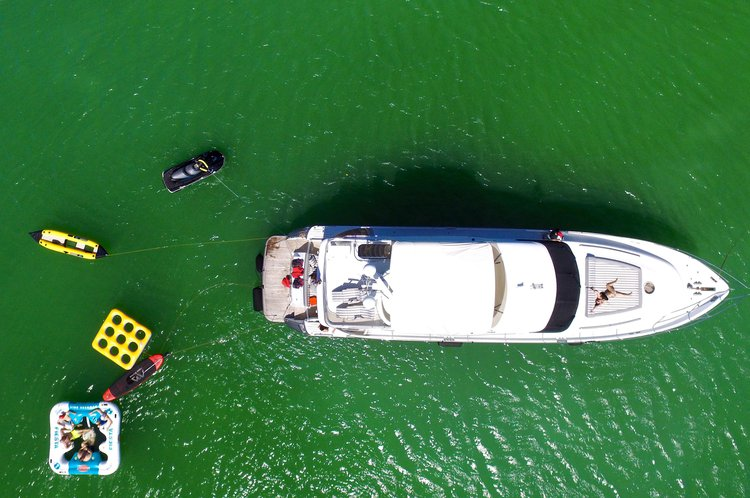This 65.0' Princess cand take up to 8 passengers around Miami Beach