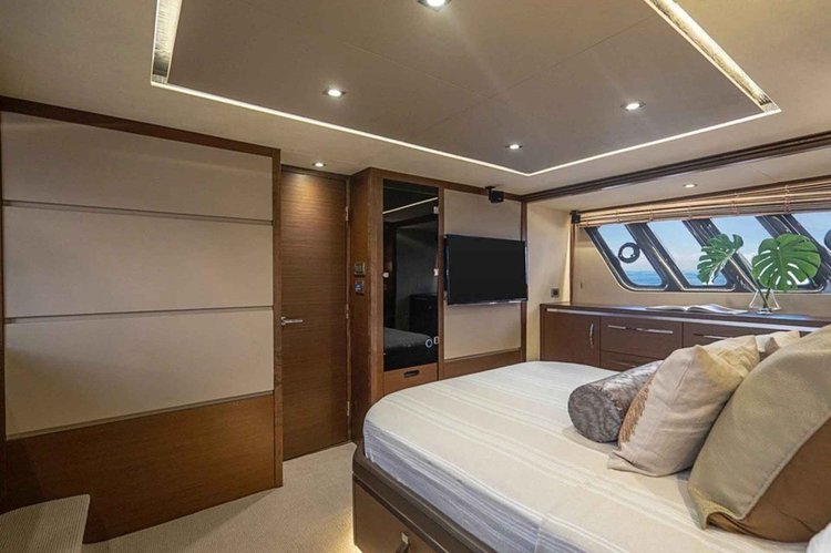 This 65.0' Sea Ray cand take up to 12 passengers around Sag Harbor