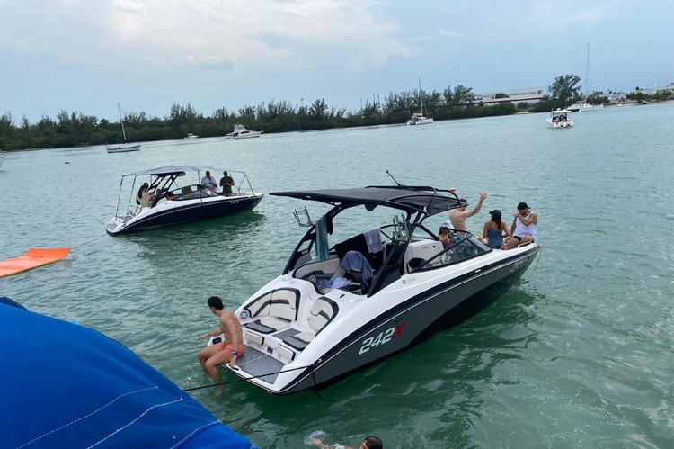 This 24.0' YAMAHA cand take up to 10 passengers around Miami Beach