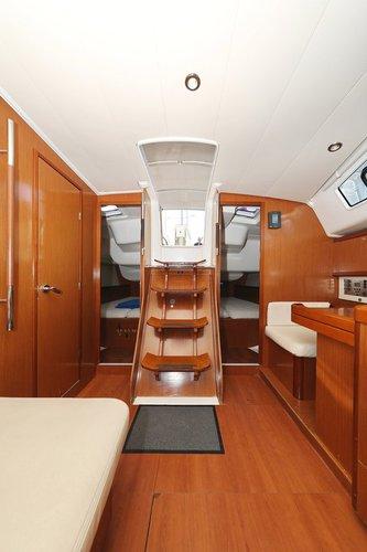 This 39.0' Bénéteau cand take up to 8 passengers around Zadar region